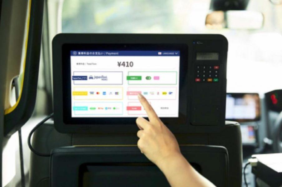 タクシー支払い 支払い方法を選んで機械にかざすだけ。