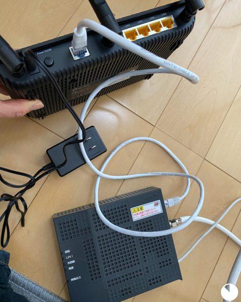 LANケーブルでモデム(下)とルーター(上)を繋げたところ